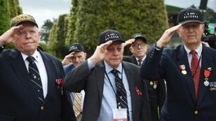 "US veterans Jack Gutman (C), Georges Ciampa (2R) and James Forlking (R), landed on ""Omaha Beach"" on June 6, 1944"