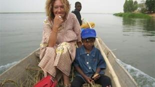 صورة غير مؤرخة وزعت من قبل عضو لجنة دعم الإفراج عن صوفي بترونين تظهر الرهينة الفرنسية المحتجزة في مالي.