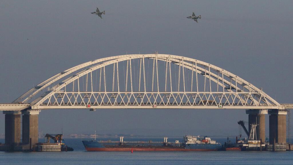 Aviones de combate rusos vuelan sobre un puente que conecta a Rusia con la península anexada de Crimea, después de que tres buques de la armada ucraniana fueran detenidos por Rusia, al presuntamente ingresar al Mar de Azov a través del Estrecho de Kerch.