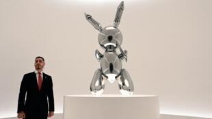 """Le """"Rabbit"""" est l'une des oeuvres les plus connues de l'artiste, qui a bousculé les conventions du monde des arts."""