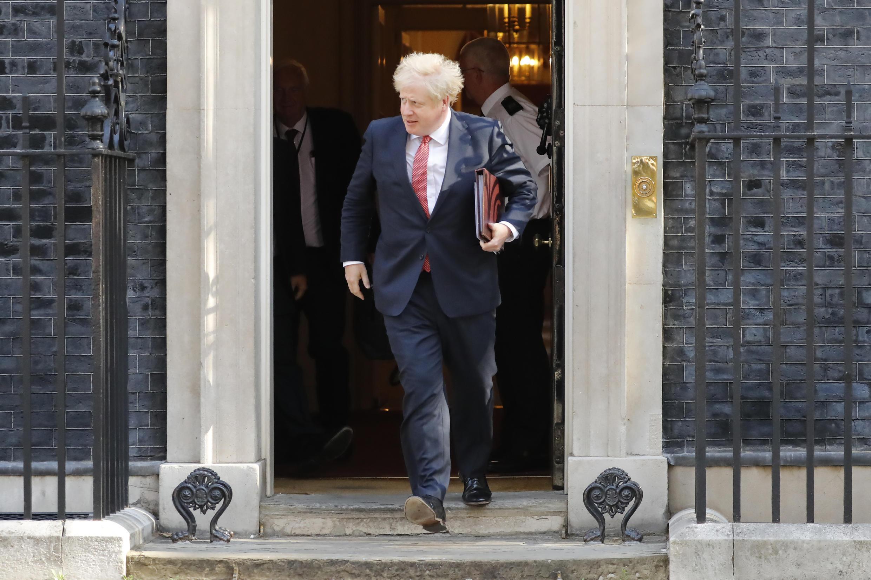 El primer ministro británico, Boris Johnson, sale de la sede del Gobierno de Reino Unido.