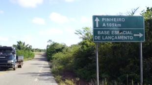 Una señal que muestra la dirección y la distancia de la base de Alcántara, en el estado del Maranhão, Brasil.