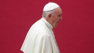 Tres de los asesores cercanos fueron removidos por el papa Francisco. dos de ellos están relacionados con slos casos de abusos a menores