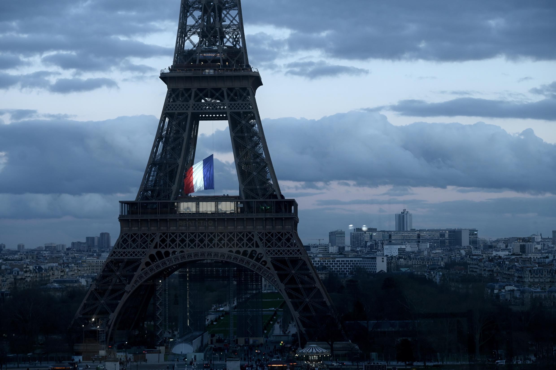 Le drapeau français flotte depuis la tour Eiffel, lors d'une cérémonie à l'occasion de la première fête nationale française en l'honneur des victimes du terrorisme, le 11 mars 2020, à Paris.