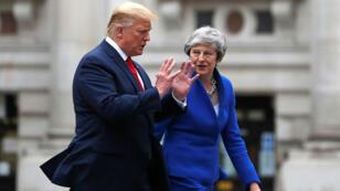 La primera ministra británica, Theresa May, y el presidente de los EE. UU., Donald Trump, caminan por el cuadrilátero de la Oficina de Relaciones Exteriores en una conferencia de prensa conjunta en Londres, Gran Bretaña, 4 de junio de 2019.