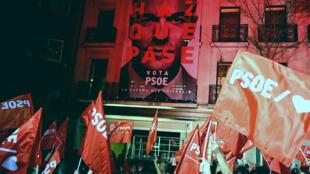 Les militants socialistes célèbrent leur victoire devant le siède du parti à Madrid dimanche 28 avril.