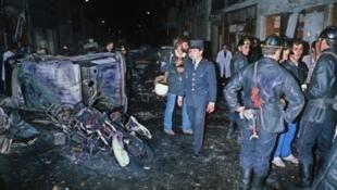 Des pompiers et des policiers sur les lieux de l'attentat contre la synagogue de la rue Copernic, à Paris, le 3 octobre 1980.