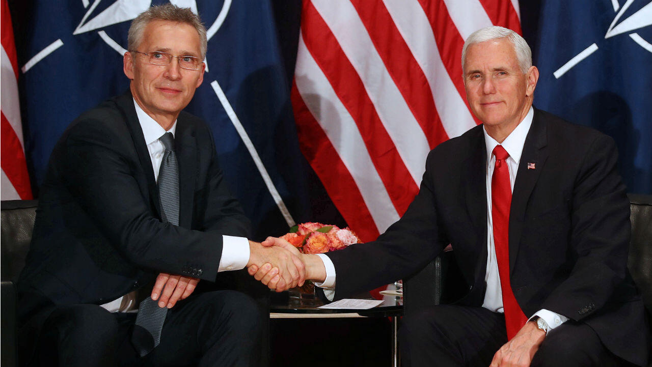 El secretario general de la OTAN, Jens Stoltenberg (izq.) y el vicepresidente EE. UU., Mike Pence (der.) durante la Conferencia de Seguridad de Múnich, Alemania. 16 de febrero de 2019.