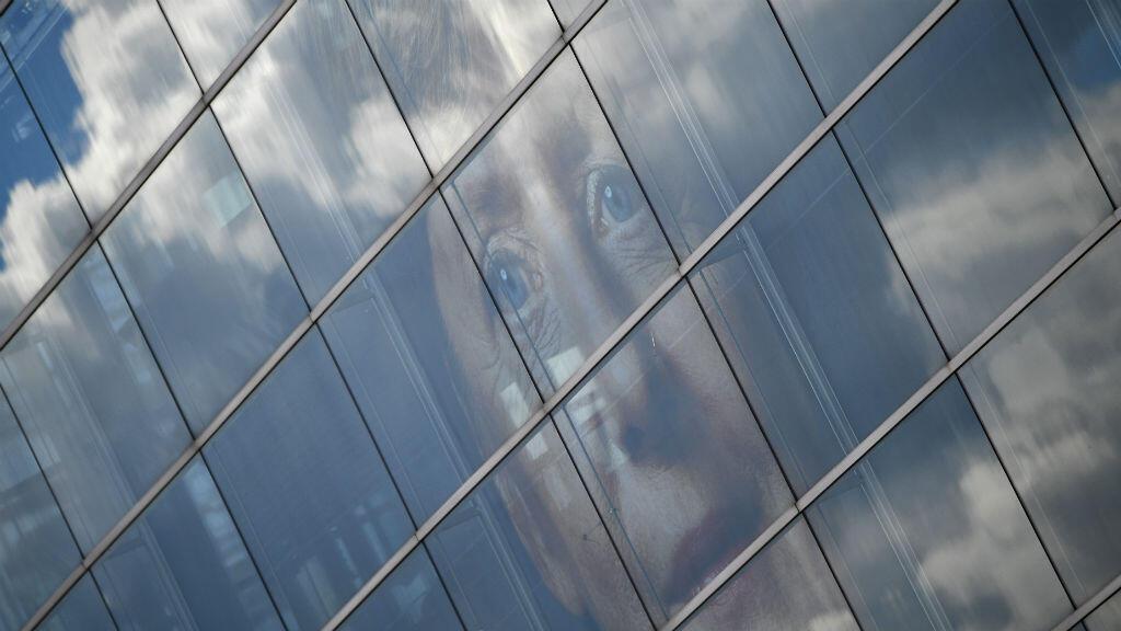 Le visage de la chancelière Angela Merkel sur la façade du siège de la CDU à Berlin.