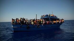 مهاجرون ينتظرون أن يتم إنقاذهم في البحر المتوسط في 2 آب/أغسطس 2017.