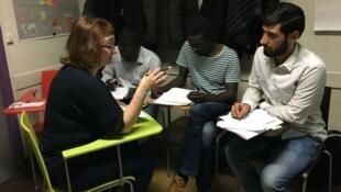 مهاجرون ولاجئون يتابعون الدرس بحضور في مدرسة توت أو تحوت