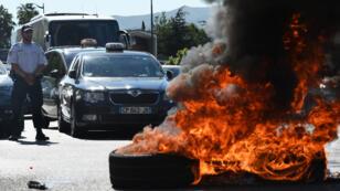 Des chauffeurs de taxi brûlent des pneus lors de la manifestation à Marseille, le 25 juin 2015.
