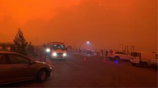 Una bruma roja cubrió el cielo de la ciudad costera de Mallacoota. El fuego ha dejado a miles de personas atrapadas en la costa. 30 de diciembre de 2019.