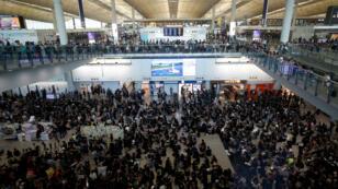Cientos de manifestantes protestan en el aeropuerto internacional de Hong Kong. Denuncian los ataques de Yuen Long y piden la renunca de Carrie Lam. Viernes 26 de julio de 2019. Hong Kong
