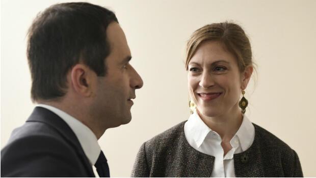 Benoît Hamon s'est montré pour la première fois avec sa femme Gabrielle Guallar lors de son meeting de l'AccorHotels Arena à Paris le 19 mars 2017.
