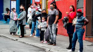 Un grupo de personas espera un autobús, en Sao Paulo, Brasil, el 5 de junio de 2020. América Latina podría contraerse un 7,2% este 2020 y 100 millones de personas podrían caer en pobreza extrema.