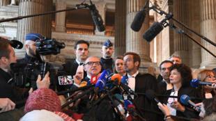 Les avocats de Carles Puigdemont, dont Paul Beckaert face aux micros, s'adressent à la presse vendredi 17 novembre 2017 au palais de Justice de Bruxelles.