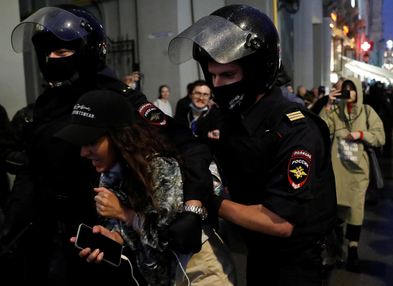 Des membres des forces de l'ordre russes interpellent un participant à une manifestation contre la révision de la Constitution, à Moscou, en Russie, le 15 juillet 2020.