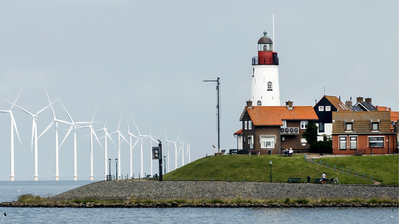 En esta fotografía tomada el 21 de junio de 2016, se ve el parque eólico en Urk, Países Bajos. Estos 48 aerogeneradores generan una cantidad de energía renovable es comparable al consumo de 160,000 hogares.