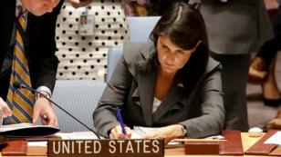 La embajadora de Estados Unidos ante la ONU, Nikki Haley, firma unos documentos antes del voto del Consejo de Seguridad sobre una resolución para dar protección a los palestinos, en Manhattan, Estados Unidos el 1 de junio de 2018.