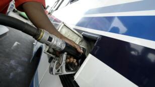 Un homme fait le plein de carburant à Abidjan, en Côte d'Ivoire, en 2004.