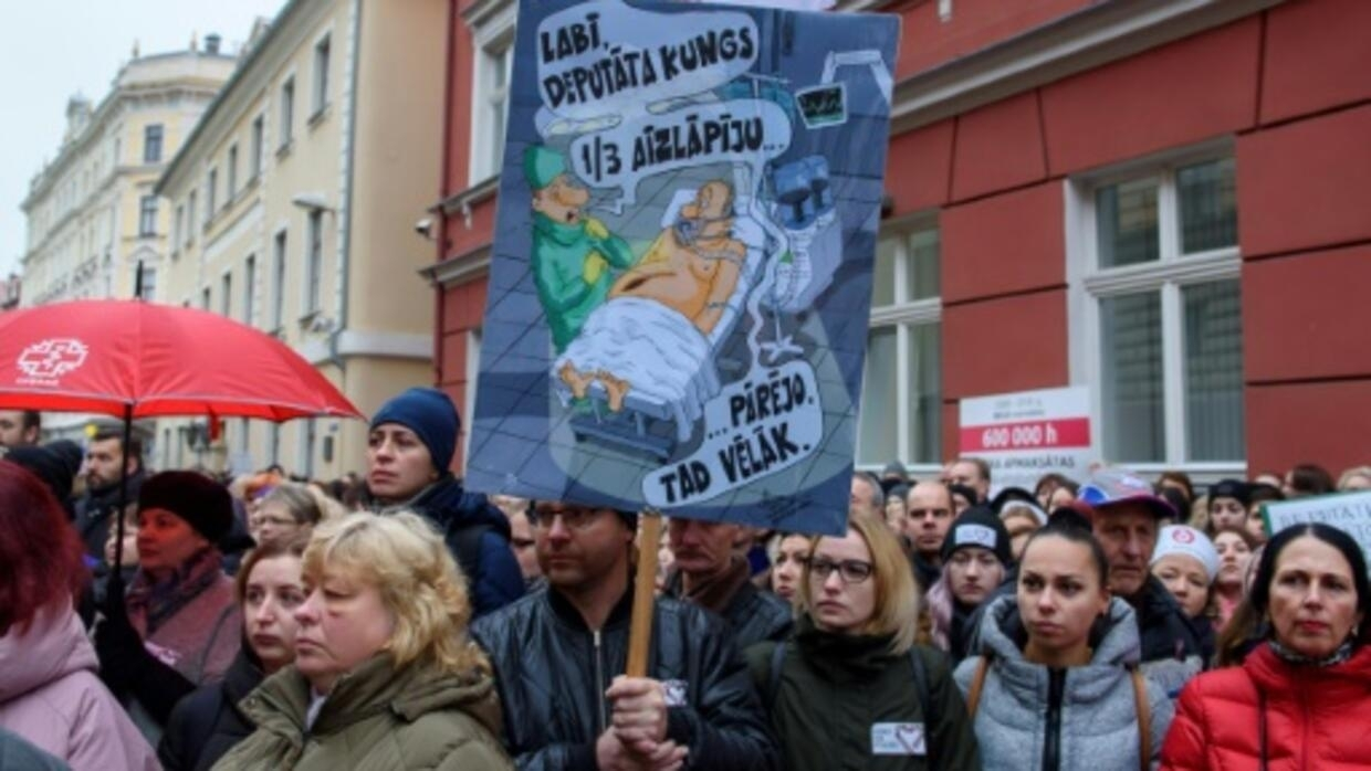 Doctors, nurses protest low  wages in Latvia