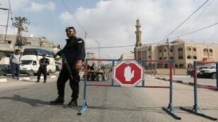عناصر أمن من حركة حماس على حاجز أمني في رفح جنوب قطاع غزة في 17 آب/أغسطس 2017