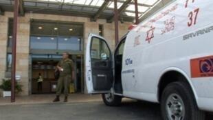 سيارة إسعاف أمام إحدى المستشفيات الإسرائيلية
