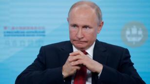 El presidente ruso, Vladimir Putin, asiste a un foro ruso-chino sobre energía y negocios en el marco del Foro Económico Internacional de San Petersburgo en, Rusia, el 7 de junio de 2019.