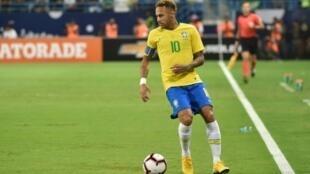 El brasileño Neymar conduce el balón en un partido amistoso contra Arabia Saudita, el 12 de octubre de 2018 en Riad, Arabia Saudita.
