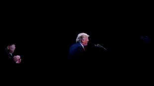 El presidente de Estados Unidos, Donald Trump, habla en la Convención Anual de la Asociación Internacional de Jefes de Policía en el Centro de Convenciones del Condado de Orange en Orlando, EE. UU., 8 de octubre de 2018.
