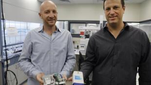 Oren Gavriely, director ejecutivo de la empresa NanoScent, y el vicepresidente de hardware, Yair Paska, muestran el dispositivo para detectar los casos positivos del nuevo coronavirus el 21 de julio de 2020 en Misgav, Israel