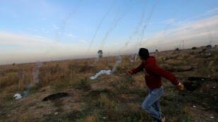 متظاهرون فلسطينيون أثناء صدامات مع القوات الإسرائيلية على الحدود بين إسرائيل وقطاع غزة شرق مدينة غزة في 11 ك1/ديسمبر 2017
