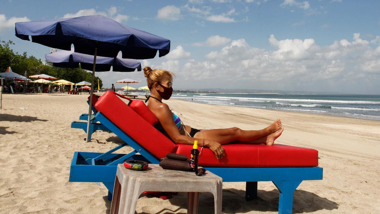 Les plages rouvrent progressivement après des mois de fermeture, à Bali, en Indonésie, le 27 juillet 2020.