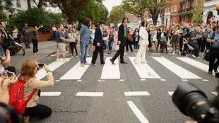 "Le casting de la comédie musicale ""Let it be"" pose sur Abbey Road"
