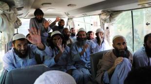 صورة وزعها المجلس الوطني للأمن قي أفغانستان يظهر فيها سجناء من طالبان في حافلة أثناء عملية إطلاق سراحهم من سجن برغام شمال كابول في 25 أيار/مايو 2020