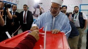 El vicepresidente del partido islámico Ennahda y candidato presidencial, Abdelfattah Mourou, fue uno de los primeros en votar en los comicios de este 15 de septiembre de 2019.