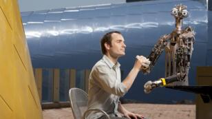 Un robot et son concepteur dans un des laboratoires du MIT.