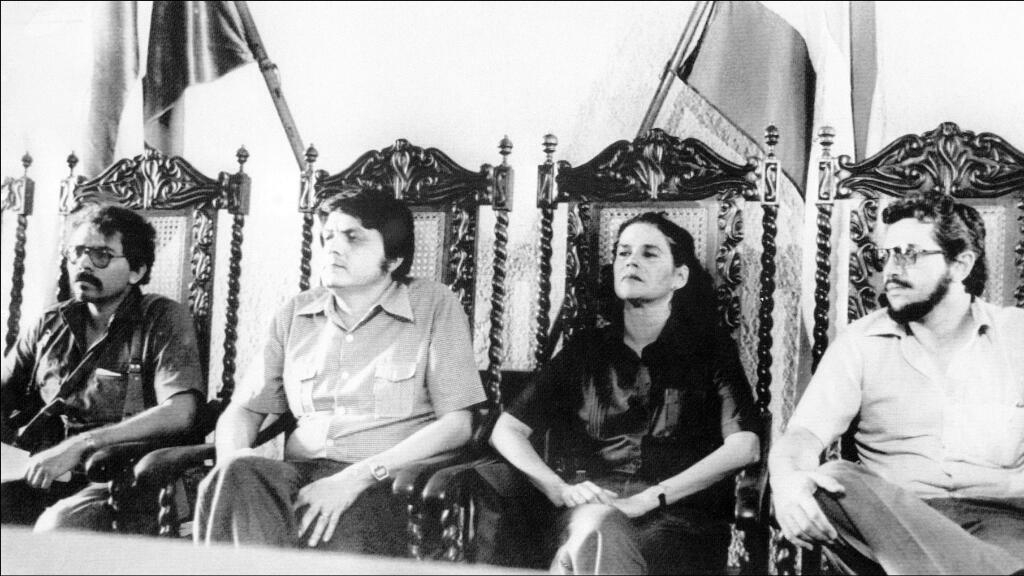 Daniel Ortega, a la izquierda, conforma la Junta Sandinista junto con otros compañeros del FSLN en los días de su victoria, en julio de 1979 en León, Nicaragua