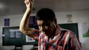 Le nouveau président philippin Rodrigo Duterte, lors de son passage dans un bureau de vote de Davao, le 9 mai 2016.