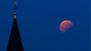 Comme à chaque éclipse, les photographes ont pu s'en donner à cœur joie. Ici à Bad Staffelstein, dans le centre de l'Allemagne.