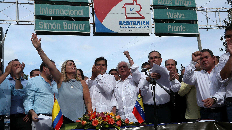 El presidente de la Cámara de Representantes de Colombia, Rodrigo Lara (c); el presidente de la Asamblea Nacional de Venezuela, Omar Barboza (5i); y el presidente del Senado de Colombia, Efraín Cepeda (2d), leen un documento en el Puente Internacional Simón Bolívar después del Primer Encuentro de Congresos Latinoamericanos por Venezuela, viernes 1 de junio de 2018, en Cúcuta (Colombia).