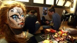 """تمثال قرب كشك للرسم على الوجوه في معرض ليبيا للقصص المصورة """"كوميك كون"""" في طرابلس بتاريخ 2 تشرين الثاني/نوفمبر 2017"""