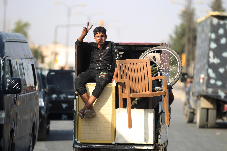 Ces trois années de combats dans Mossoul ont provoqué un exode de la population. Ici, un jeune homme salue la libération de sa ville, le 9 juillet 2017.