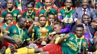 لاعبو الكاميرون يحتفلون بفوزهم بالكأس.