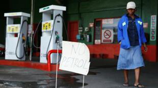 """""""Plus d'essence"""", indique une station service de Harare, le 9 octobre 2018."""