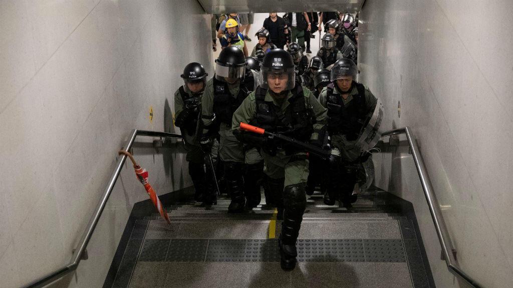 Oficiales de policía buscan capturar manifestantes en una estación de metro en Hong Kong el primero de septiembre de 2019