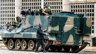 Les chars de l'armée zimbabwéenne sont toujours dans les rues de la capitale Harare, vendredi 17 novembre.
