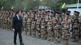 إيمانويل ماكرون في زيارته لمركز قوة برخان الفرنسية في تشاد، 22 ديسمبر/كانون الأول 2018
