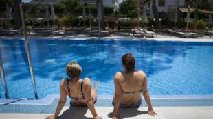 Des touristes allemands au bord de la piscine du RIU Concordia hotel à Palma de Majorque le 15 juin 2020.
